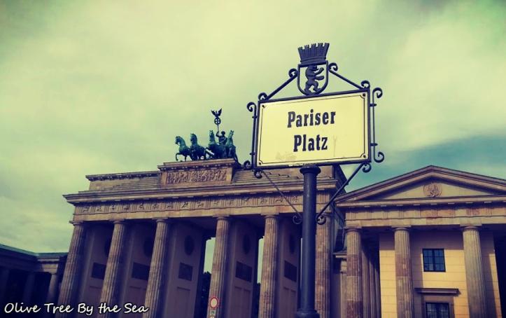 Brandenburg Gate, Pariser Platz